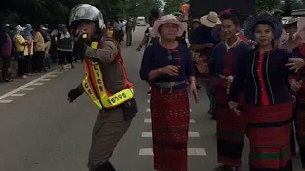 """""""Roztańczony policjant"""": Jego wyczucie rytmu widać na nagraniu, które błyskawicznie obiegło internet"""