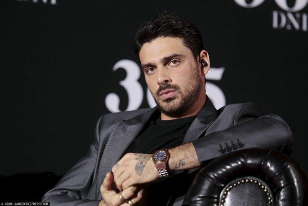 Michele Morrone pokazał swoje tatuaże. Jeden z nich kompletnie zaskoczył dziennikarza