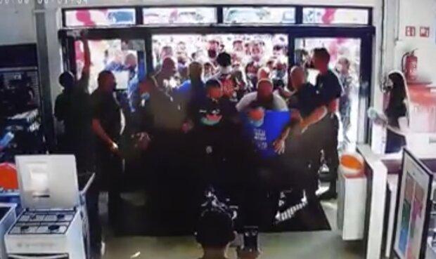 Niewyobrażalne sceny podczas otwarcia jednego ze sklepów. Tłum klientów był nie do opanowania
