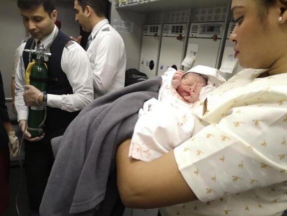 Dziecko przyszło na świat w samolocie. Poród pasażerki odebrała laryngolog