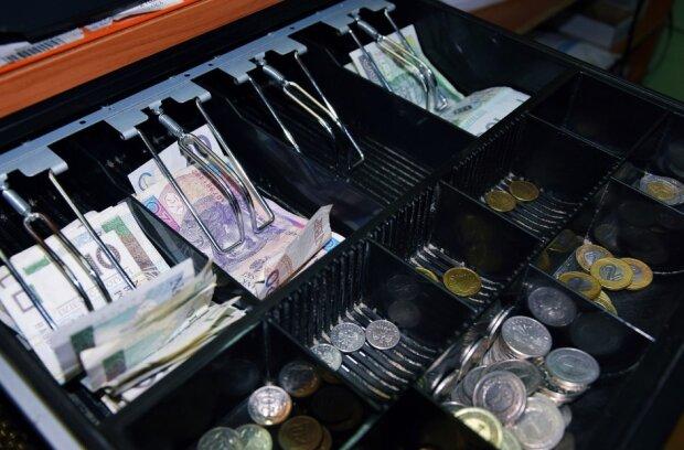 Stacja TVN ostrzega Polaków. Klienci dwóch sklepów mogą stracić sporo pieniędzy