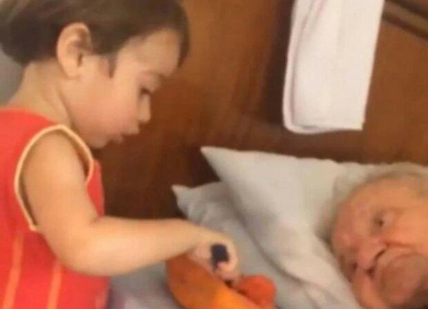 Gdy mały chłopiec karmił swojego chorego dziadka, włączyła kamerę i zaczęła nagrywać. Film szybko stał się viralowy
