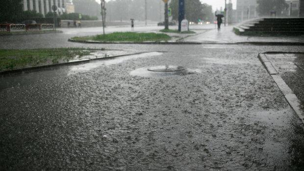 Małopolska: liczne interwencje i duże straty po wczorajszych ulewach. Auto porwane przez wodę znalazło się pod mostem