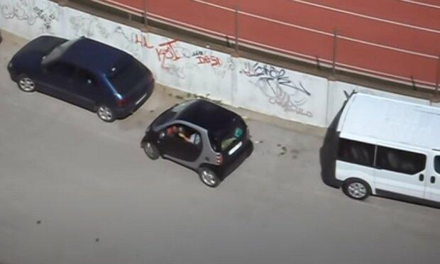 Kobieta w hiszpańskiej miejscowości próbuje zaparkować Smartem. Autorzy nagrania pękają ze śmiechu