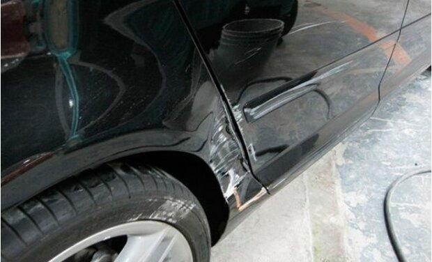 Mężczyzna zobaczył, że jego samochód został porysowany, ale przestał się denerwować, gdy zobaczył notatkę na przedniej szybie