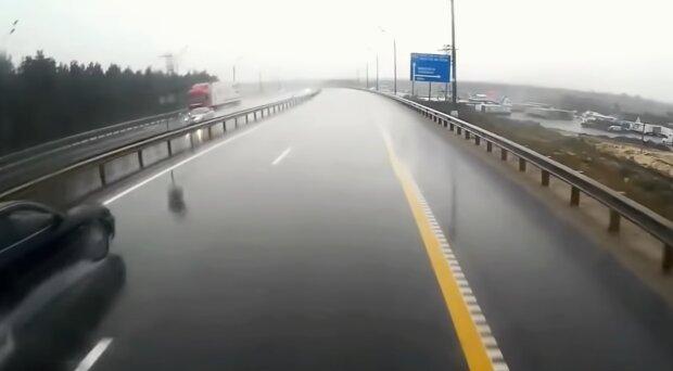 Niebezpieczne warunki na drogach/ screen YT