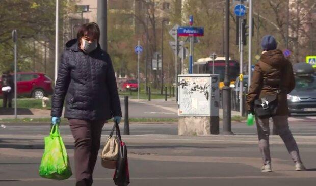 Czy wolno nam zdjąć maseczkę na ulicy? / YouTube: Onet News