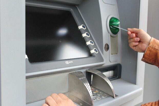 Niespodzianka w bankomatach. Wybierający pieniądze mogą otrzymać rzadko spotykany nominał