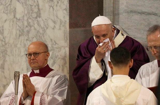 Wierni są zaniepokojeni. Papież Franciszek zrezygnował z uczestnictwa w rekolekcjach. Powód jest zaskakujący