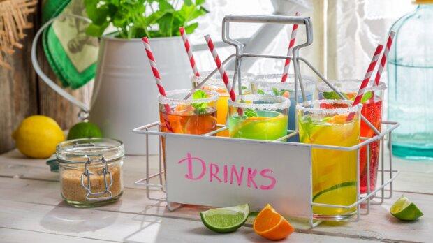 Pomysły na kolorowe i smaczne drinki. Te napoje zaskoczą gości podczas Sylwestra