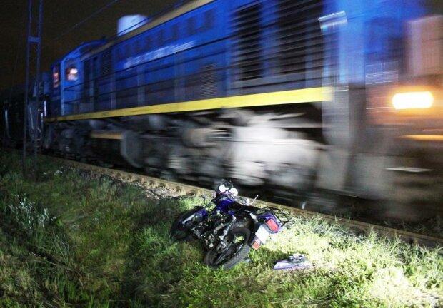 Wypadek. Motocyklista wjechał w bok pociągu