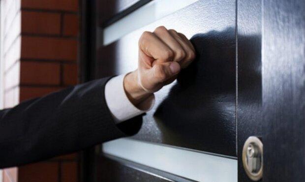 Mieszkańcy są budzeni łomotaniem do drzwi, kurierzy dostarczają im wezwania. Rozpoczęła się powszechna mobilizacja