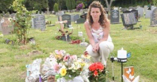 Pogrążona w smutku matka przychodzi do miejsca spoczynku swojego 4-letniego syna. To, co tam znajduje, doprowadza ją do łez