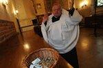 Proboszcz nakazał wiernym prowadzenie ewidencji datków i zbieranie pieniędzy po domach. Jak tłumaczy swój pomysł