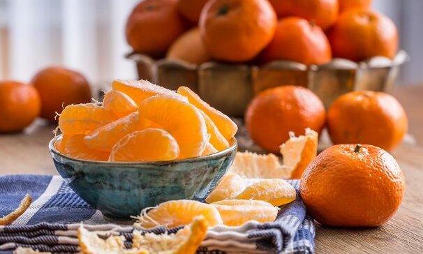 Polacy uwielbiają mandarynki, ale nie wiedzą jak je jeść. Ten błąd może nas kosztować dużo zdrowia