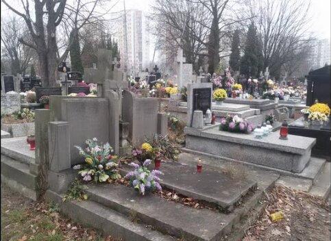 Na jednym z polskich cmentarzy pojawiły się kartki z zaskakującą wiadomością. Jej treść wprawia w osłupienie