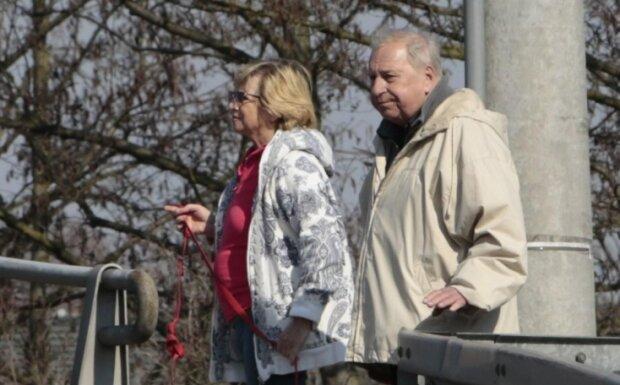 """Jerzy Stuhr i jego żona wybrali się na spacer po Warszawie. Co z akcją """"Zostań w domu"""""""
