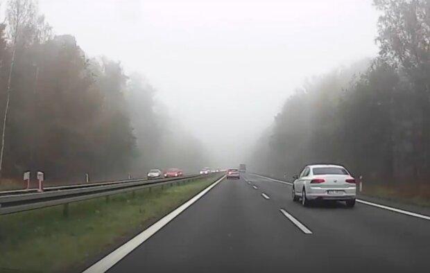 Chłodny front z dużym zachmurzeniem nadciągnął nad Polskę. Kierowcy powinni uważać na mgły i kiepskie warunki na drodze
