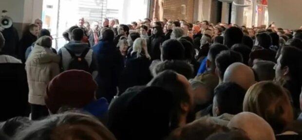 Przed marketem zebrał się tłum ludzi. Czyżby koronawirus ich nie dotyczył