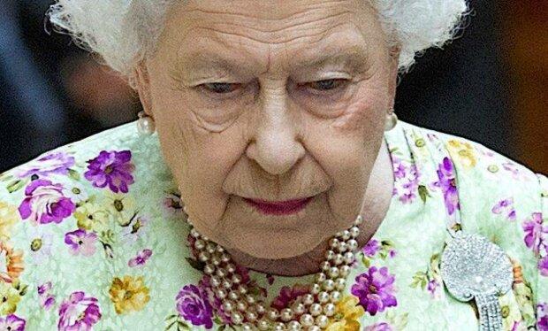 Królowa Elżbieta po raz drugi nie spędzi świąt z wnukiem. Trudna decyzja księcia Harry'ego