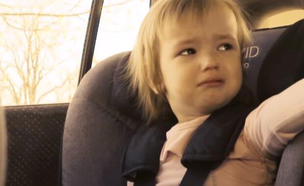 Dziecko w zamkniętym samochodzie/YouTube @Świętokrzyska Policja