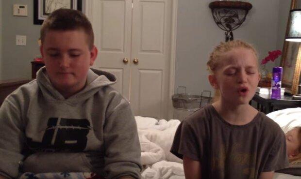 Rodzeństwo wykonuje wzruszający duet, jednak nie wiedzą, że za ich plecami czai się ktoś kogo w ogóle się nie spodziewają