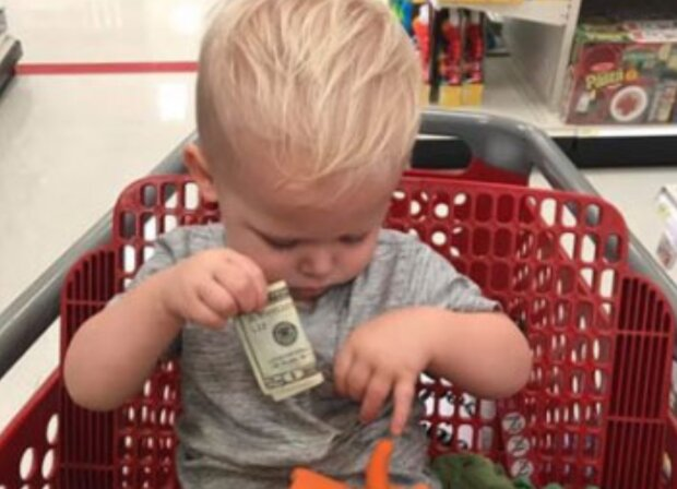 Starszy pan podarował małemu chłopcu pieniądze. Źródło: Facebook