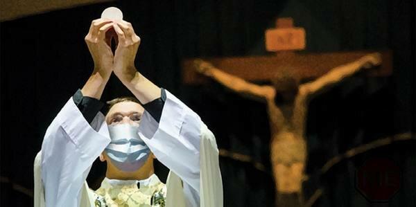 """Kościół ostrzega przed koronawirusem w Polsce. """"Zachęcam duchowieństwo i wiernych do zachowania zwiększonej ostrożności"""""""