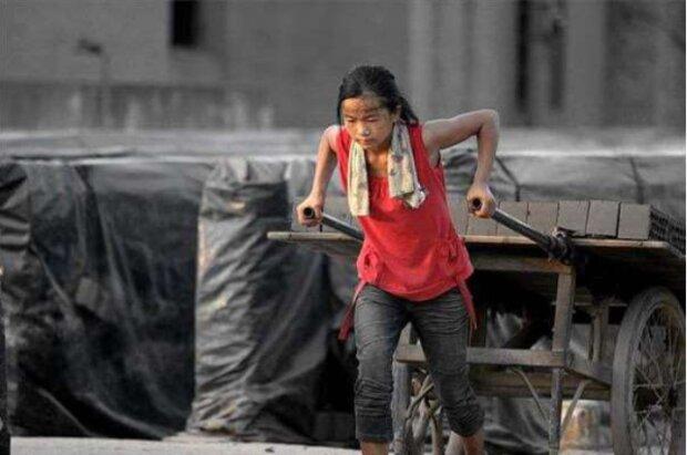 Jako 10-latka dziewczynka została bez rodziców. Pracuje na budowie, żeby dorobić trochę pieniądzy. Powód dla którego to robi, porusza