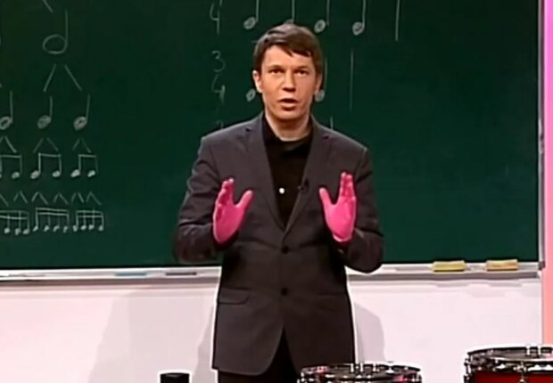 """Nauczyciel muzyki z programu """"Szkoła TVP"""". Źródło: wp.pl"""