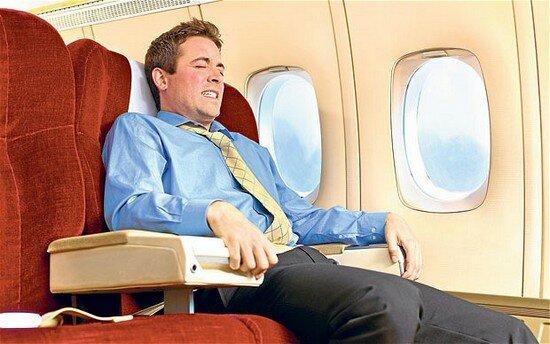 Dostał paniki w trakcie lotu. Chciał otworzyć drzwi ewakuacyjne