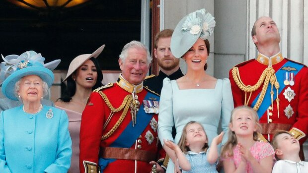 Gorący rok dla królewskiego dworu. Królowa Elżbieta II ma stalowe nerwy