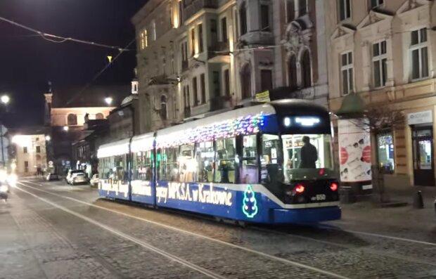 Kraków: specjalny tramwaj od niedzieli wozi już pasażerów i wywołuje świąteczną atmosferę na ulicach miasta. Gdzie można go było już zobaczyć