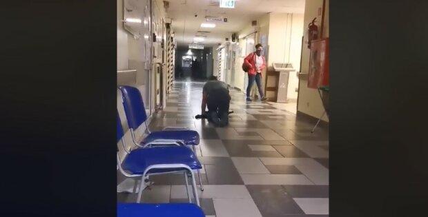 Pacjent wychodzi na czworaka z jednego z polskich szpitali. Nagranie tej dziwnej sytuacji pojawiło się w mediach społecznościowych. O co chodzi
