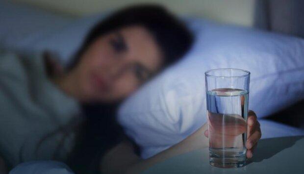 Szklanka wody. Screen: onet kobieta