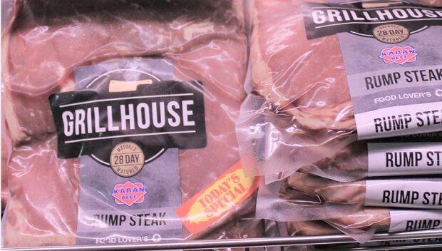 Mięso po wyjęciu z opakowania zostawia ciemną maź? Lepiej go nie jedz. To niebezpieczne dla zdrowia