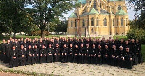 Koronawirus ich nie dotyczy. 81 biskupów na wspólnej fotografii. Gdzie odstęp i maseczki