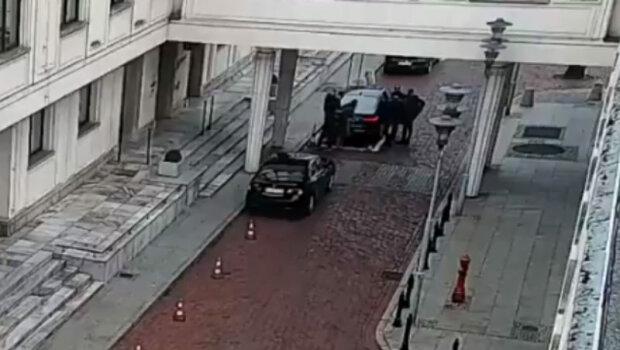 Niebywałe wydarzenia przed Senatem. Operator kamery TVP wpadł na jedną z pracownic, ta trafiła do szpitala