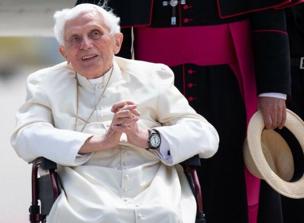 """Papież emeryt Benedykt XVI """"krucho wygląda"""". Co się dzieje z Papieżem. Niepokojąca relacja"""