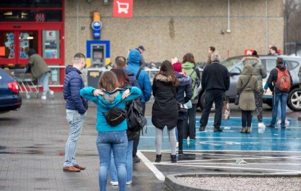 Kolejki przed sklepami spożywczymi są ogromne. Źródło: forsal.pl