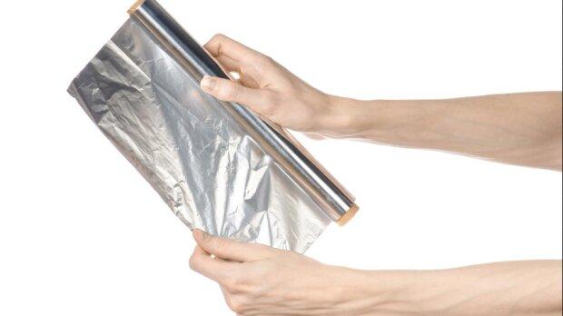 Zaskakujące działanie folii aluminiowej! Owiń nią stopy i poczekaj na efekt!