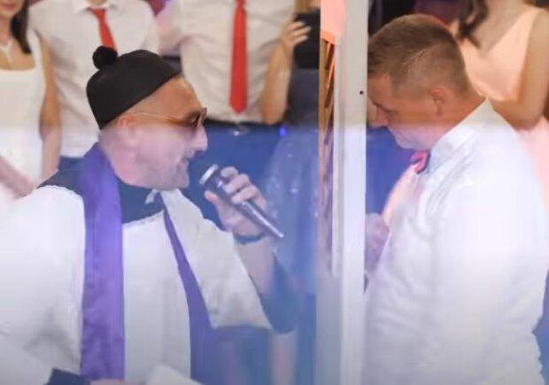 Ksiądz na weselu. Źródło: youtube.com